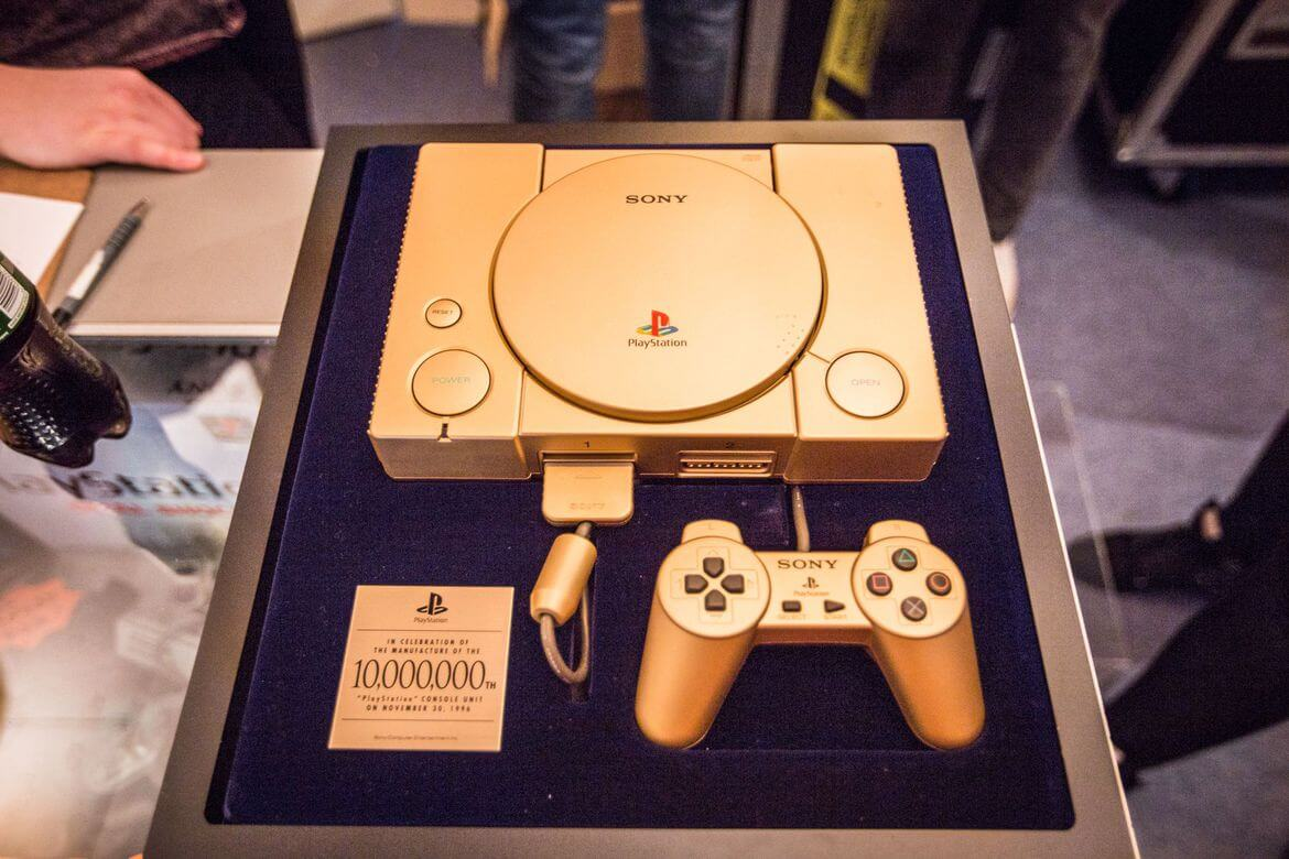 gold playstation 10 million model 01 - Historia niezwykłego sklepu - PlayStation '94 Shop