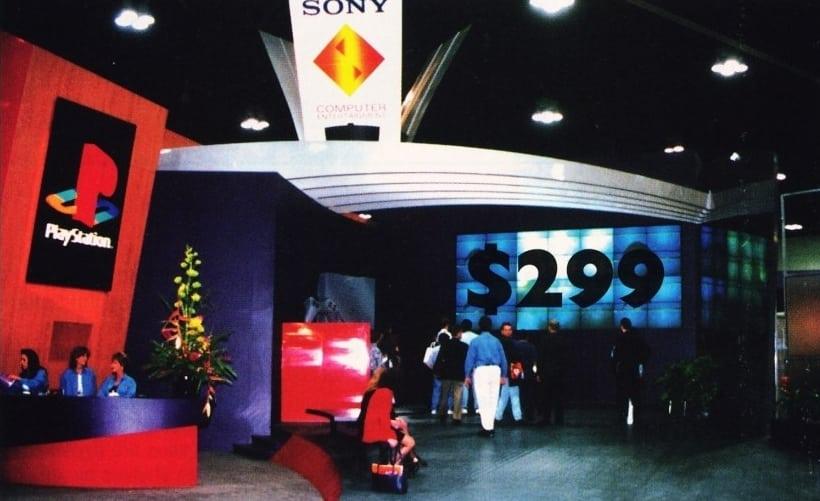 e3 1995 playstation booth - Historia targów E3 z 1995 roku. Przełomowy moment w historii gier.
