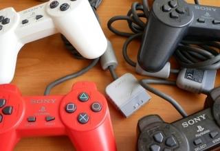 kontrolery playstation youtube 320x220 - Kontrolery Sony część I - Pady cyfrowe, ich warianty kolorystyczne oraz Dual Analog