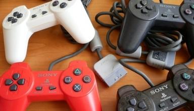 kontrolery playstation youtube 384x220 - Kontrolery Sony część I - Pady cyfrowe, ich warianty kolorystyczne oraz Dual Analog