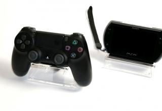 stojaki pleksi 320x220 - Kolekcjonerskie stojaki na kontrolery Dual Shock oraz handheldy